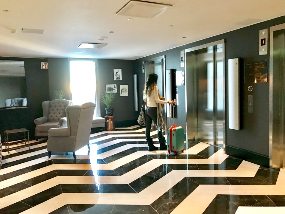 girl-with-suitcase-in-hotel-waiting-for-elevator_t20_yXrQWa